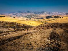 Paysage agricole et montagneux entre Palerme et Agrigente, en Sicile (Italie).
