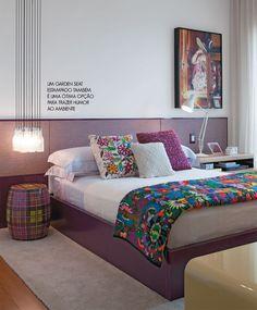 tons de roxo, cabeceira clean, mesa lateral estampada, luminária pendente baixa, colcha colorida