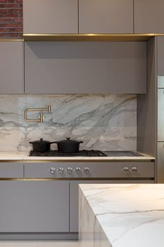 There are many swing types of marble kitchen countertops to choose from. There are many swing types of marble kitchen countertops to choose from. Home Decor Kitchen, Rustic Kitchen, Kitchen Furniture, Gold Furniture, Furniture Hardware, Furniture Stores, Cheap Furniture, Furniture Nyc, Furniture Outlet