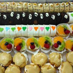 mini zákuskyBrno, www.cukrovi-kuncovi.cz dorty, zákusky, svatební cukroví, koláčky na svatbu, slané dorty, obložené chlebíčky, studené mísy, jednohubky, kanapky a jiné druhy výrobků nabízí Kuncovi, Brno - Maloměřice, Hádecká 8 Mini Desserts, Sushi, Ethnic Recipes, Food, Essen, Meals, Yemek, Eten, Sushi Rolls