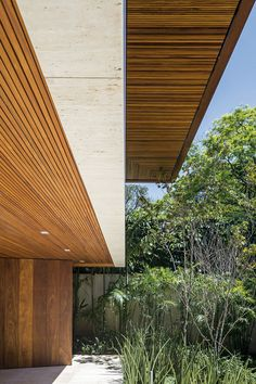 Designed by Jacobsen Arquitetura, this urban modern dwelling is located in the jardins neighborhood of São Paulo, Brasil. Modern Tropical House, Tropical Houses, Architecture Résidentielle, Timber Cladding, Casa Real, House With Porch, House Design, Villa, Photos