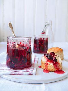 Prepara esta receta de mermelada de cereza con pétalos de rosa, una acompañamiento ideal para un postre.