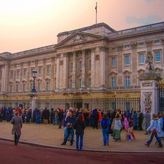 Some months ago I posted a picture of the Big Ben and you guys loved it so much that it became my top photo on IG at that time. Now that I know we have that in common (loving the UK ) here goes another one. This is the Buckingham Palace in Westminster. It's the Queen's official residence and main workplace where you can witness the famous changing of the guard ceremony. So beautiful! The picture is from a trip in 2006.   Há alguns meses postei uma foto do Big Ben e vocês gostaram tanto que…