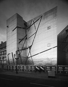 Le musée juif de Berlin par Daniel Libeskind// CICATRICES// RUPTURE// ECLAIRE// VIOLENCE// IMPACT RADICAL// INVOQUE UN CONTEXTE HISTORIQUE FORT// Les fenêtres (les ouvertures/les entailles dans la façades) sont les lignes reliant les habitations des juifs enlevés à Berlin.
