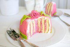 Rulltårtetårta med hallon | Fredriks fika No Bake Desserts, Delicious Desserts, Yummy Food, Bagan, Chocolate Easter Cake, Cake Ingredients, Desert Recipes, No Bake Cake, How To Make Cake