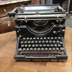 machine à ecrire de marque Underwood couleur noir vernis . XX siècle .