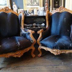 Twee grote fauteuilles bekleed met koeienhuid
