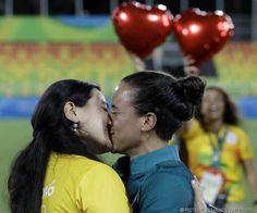 """So romantisch war Olympia noch nie! Rugby-Spielerin Isadora Cerullo bekommt Heiratsantrag: Freundin Marjorie Enya: """"Wollte den Menschen beweisen dass die Liebe gewinnt"""" - http://ift.tt/2aNOy5S"""
