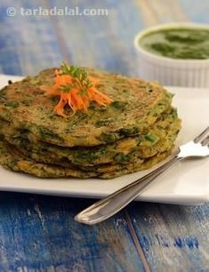 Oats can be used to make more than just porridge! mix them with carrots and spinach to prepare these colourful, low calorie pancakes that are as nutritious as well as innovative. Oats are rich in the (Low Calorie Bake Oatmeal) Veg Recipes, Indian Food Recipes, Vegetarian Recipes, Cooking Recipes, Healthy Recipes, Vegetarian Dish, Flour Recipes, Sausage Recipes, Recipies