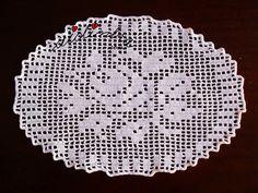 Olá pessoal! Mais uma pequena peça em crochet, com motivo de flores. Este naperon, feito com linha fininha e com um desenho lindíssimo, de uma rosa grande rodeada de folhas. Aqui, em Portugal, chamamos estes pontos de abertos e fechados que formam o que chamamos de renda. Noutros países
