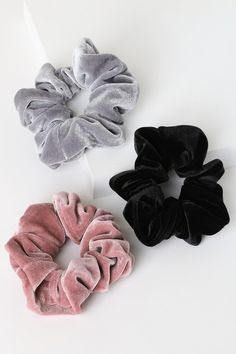 You're in luck, the Lulus Jullien Velvet Multi Scrunchie Set is here! Ultra-luxe scrunchie pack with grey, mauve pink, and black scrunchies. Black Scrunchies, Diy Hair Scrunchies, Mode Converse, Bleach Tie Dye, Accesorios Casual, Velvet Scrunchie, Birthday Wishlist, Cute Jewelry, Hair Ties