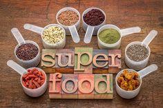 """Und sind Superfoods notwendig für eine optimale Nährstoffversorgung?  Superfoods hier, Superfoods dort. Wo liest man derzeit nichts über die beerigen oder pulverisierten Pflanzen aus meist exotischen Ländern?  Doch was ist überhaupt so super an Superfoods?  Die sogenannten """"Superfoods"""" sind Pflanzen,"""