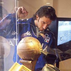 """Pinturicchio85 on Instagram: """"Portrait de Alessandro Del Piero en 2001 Alessandro Del Piero au centre d'entrainement de Coverciano près de Florence le 20 mars 2001,…"""" Five Star, Football Soccer, Florence, Mars, Portrait, Instagram, March, Men Portrait, Portraits"""