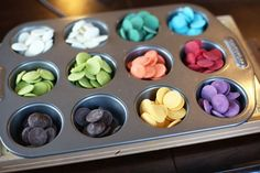 Good way to melt lots of different coloured candy melts for cake pops. this is a good idea for small cake pops Cupcakes, Cake Cookies, Cupcake Cakes, Sandwich Cookies, Shortbread Cookies, Yummy Treats, Delicious Desserts, Sweet Treats, Dessert Recipes