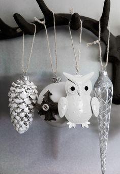 DIY: hang ornaments in some unexpected places for a magic feel.   Faites-le vous-même : accrochez des ornements dans des endroits inattendus pour une ambiance féérique.