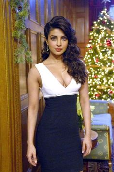 Priyanka Chopra style is amazing. She wore a black and white dress. By the way, Priyanka Chopra dress is a wonderful idea for evening dresses. Quantico Priyanka Chopra, Actress Priyanka Chopra, Priyanka Chopra Hot, Shraddha Kapoor, Ranbir Kapoor, Deepika Padukone, Bollywood Actress Hot Photos, Beautiful Bollywood Actress, Most Beautiful Indian Actress