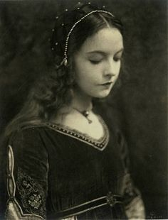 Lillian Gish in a lovely renaissance outfit Dorothy Gish, Lillian Gish, Silent Film Stars, Movie Stars, Classic Hollywood, Old Hollywood, Costume Renaissance, Renaissance Era, Renaissance Clothing