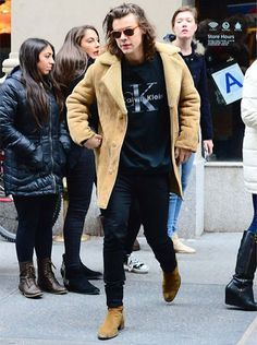 Sheepskin style is coming back.One Direction's Harry Styles recently has been recognised as one of the most fashionable men in fashion (GQ Mixing shearling with streetwear, he makes styling during autumn look like a breeze Harry Styles 2014, One Direction Harry Styles, Sheepskin Jacket, Shearling Coat, Line Jackets, Fall Looks, Saint Laurent, Street Wear, Bomber Jacket