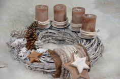Wunderschöner großer weißer Adventskranz aus Weide, bestückt mit einem Tannenzapfen- und Stern-Arrangement, Filzbändern und Kordelband. Vier hochwertige marmorierte Stumpenkerzen in einem...
