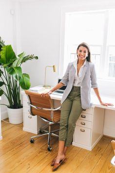55 Cozy Work Outfit Ideas For An Internship Interview Source by interview outfit Business Professional Outfits, Business Casual Outfits, Business Attire, Outfits Pantalon Verde, Internship Outfit, Winter Outfits For Work, Work Outfits, Preppy Work Outfit, Outfit Winter