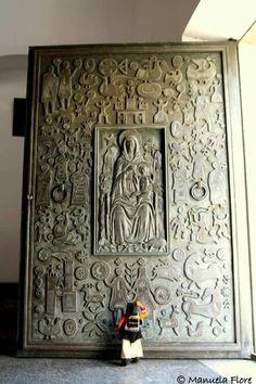 Chiesa della Solitudine di Nuoro - Portale in bronzo opera di Eugenio Tavolara