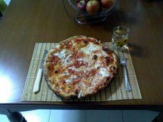 LA BUONA PIZZA MARGHERITA NAPOLETANA Cosa c'e' di meglio di una buona pizza margherita?, e se questa e' sfornata dalla migliore pizzeria napoletanta, allora Buon Appetito a tutti  PER VOTARE QUESTA FOTO  http://www.dallapianta.it/blog/wp-content/plugins/wp-photocontest/viewimg.php?post_id=505_id=124