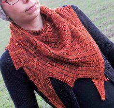 Serenade. Flot sjal, der med sine asymmetriske spidser er anderledes. Det har et meget enkelt hulmønster. Her strikket i uld og silke, men ren uld kan bruges. Pinde 4.