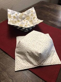 How to make a Microwave Bowl Cozy! I show you with pictures and video How to make a Microwave Bowl Cozy in just a few simple steps. Small Sewing Projects, Sewing Projects For Beginners, Sewing Hacks, Sewing Tutorials, Sewing Machine Quilting, Fabric Christmas Trees, Microwave Bowls, Fabric Bowls, Sewing Material