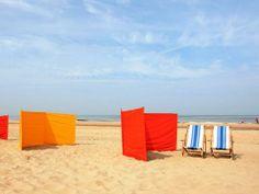 wij hadden een tentje toen ik klein was (oranje) en een knalblauw windscherm. Ik sliep in de tent op het strand voor mijn dutje.