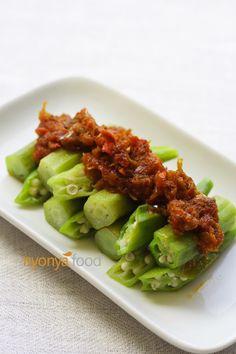 Sambal Okra (sambal lady fingers) #Nyonya #Malaysian Yummy Vegetable Recipes, Okra Recipes, Easy Delicious Recipes, Vegetable Dishes, Asian Recipes, Cooking Recipes, Healthy Recipes, Lady Finger Vegetable, Okra Vegetable