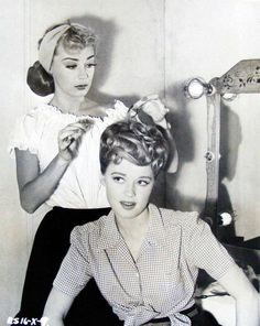 Real Life Women's Hairstyles actresses June Havoc and Helen Walker doing their hair in the vintage photoactresses June Havoc and Helen Walker doing their hair in the vintage photo Pin Up Hair, My Hair, Retro Updo, Hair Academy, 1940s Hairstyles, Short Hairstyles, Fringe Hairstyles, Updo Hairstyle, Wedding Hairstyles