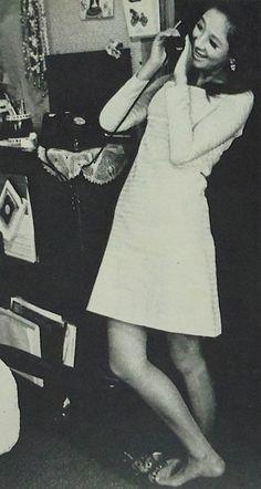 昭和45年 奥村チヨさん「芸能界にいれば、イヤでも強くならざるをえないわよ」というものの、話し方はやさしい。(自宅の居間で) 「主婦と生活」より Vintage Japanese, Pop Culture, Retro, Collection, Retro Illustration
