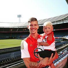 Een prachtige dag voor Michiel Kramer: hij is officieel Feyenoorder! De spits tekende zojuist een contract voor drie jaar in De Kuip en gaat spelen met rugnummer 31.
