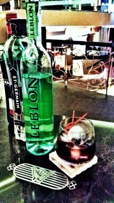 Inspirado en el mítico cocktail Negroni ☆NEGUINHA ☆ Cachaça Leblon St.Germain Martini rosso Bitter de pomelo Perfume de chocolate #Suaave ;)