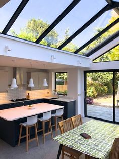 Cozy Kitchen and Dining Room Design Ideas For Eating With Family Industrial Interior Design, Home Interior Design, Interior Architecture, Modern Home Design, Tiny House Design, Style At Home, Extension Veranda, Glazed Walls, Luxury Kitchens