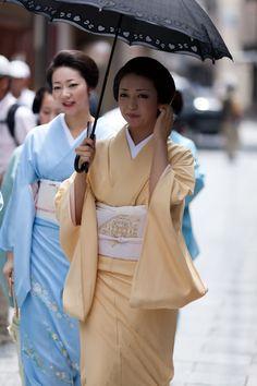 Geiko Kikutsuru (and Geiko Kikuyu behind her) Geiko-san  Maiko-san: Hanafusa Okiya (Miyagawacho)