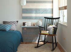 chambre avec pan de mur en palette en bois rocking-chair noire