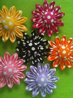 Kanzashi flowers made out of cotton fabric. Cloth Flowers, Felt Flowers, Diy Flowers, Crochet Flowers, Fabric Flowers, Paper Flowers, Diy Ribbon, Ribbon Work, Fabric Ribbon