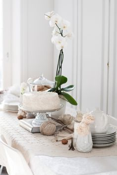 White Party feature by Doshi Doshi Fussell in upcoming White Issue of Gatherings Magazine . All White Party, White Orchids, Interior Styling, Party Time, Wedding Styles, Table Settings, 29 June, Sweet Home, Simple Dessert