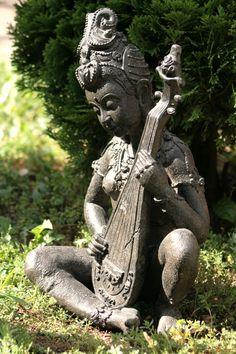Statue - la joueuse de cithare