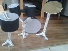 Drumstel surprise. Gemaakt van allemaal wc rollen en keukenrollen aan elkaar te plakken. Afgewerkt met aluminiumfolie.