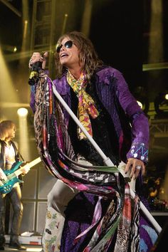 Love Steven Tyler and his microphone stand :)