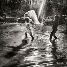 Alain Laboile - Acabo de descubrir a este fotógrafo. La luz increíble y la escena capturada en el instante preciso. El blanco y negro.
