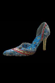 Mozaïek je oude hakjes en zet ze als een kunststukje in een nis bij je schoenenkast.