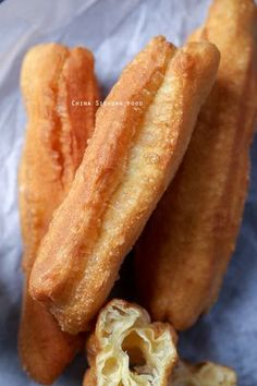 Youtiao (Chinese Oil Stick)-Chinese Cruller recipe , Asian inspired snack food or dessert with a Chinese banquet , like doughnuts , fill with apple , banana or lychee and cover in sugar and seasons like with toffee apple from the take away. Asian Snacks, Asian Desserts, Asian Recipes, Chinese Desserts, Donut Recipes, Cooking Recipes, Chinese Donuts, Chinese Breakfast, Breakfast Time
