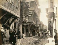 """1890'lı yıllar: Üsküdar'a gider iken aldı da bir yağmur! Otantik """"Türk sokakları"""":-)) #ArşivDeşen"""