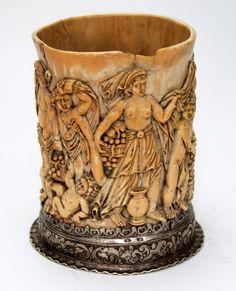 Porta píncel, executado em osso, ricamente esculpido apoiado sobre base em prata de lei contrastada.