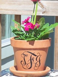 Decorating the pot! -The High Heeled Hostess: Flower (pot) Power! Vinyl Projects, Craft Projects, Projects To Try, Vinyl Monogram, Door Monogram, Monogram Gifts, Terracotta Pots, Clay Pots, Outdoor Projects