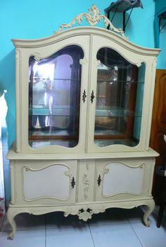 Ateliando - Customização de móveis antigos: Cristaleira Luíz XV Vermelha  Antes do restauro, super charmosa, porém ainda sem cor!