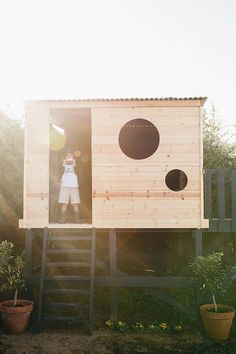 How to build your own modern play house - Spielhaus - Modern Playhouse, Backyard Playhouse, Build A Playhouse, Backyard Playground, Playhouse Ideas, Outdoor Playhouses, Kids Outside Playhouse, Playhouse Windows, Treehouse Kids